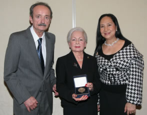 Dr. Friedman receiving Maria Duran Medal, San Antonio, 2008